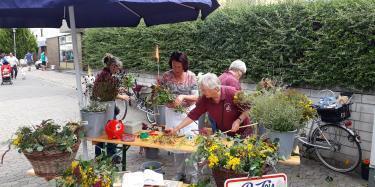 Fleißige Helferinnen des AKHNR bereiten die Werzorre am Wochenmarkt in Nieder Roden vor.