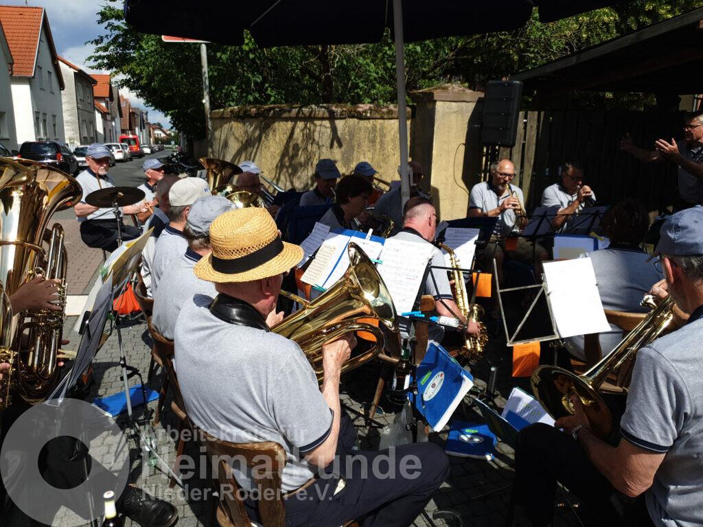 """Bis auf die Straße """"quillte"""" die """"Rodgauer Blasmusik"""" bei ihrem Jubiläumsauftritt am 16.06.2019 - ©AKHNR/FST"""